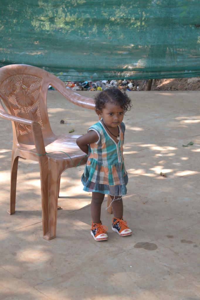 Девочка привязанная к стулу