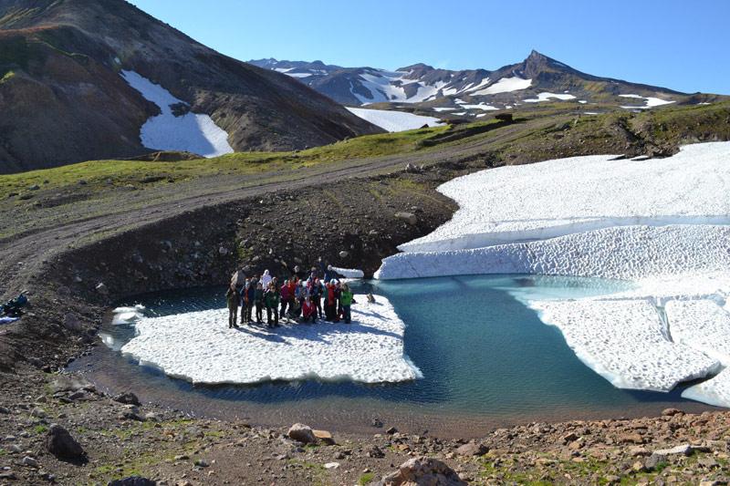Айсберг и туристы